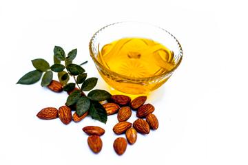 Миндальное масло: сладкая польза для тела и волос